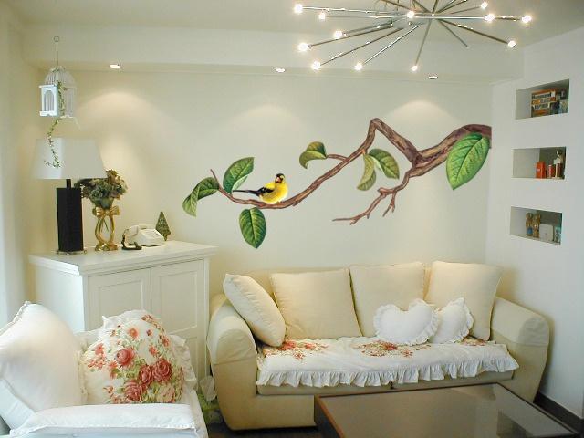 Наклейка на стене гостиной оживляет интерьер и придает ему некую индивидуальность