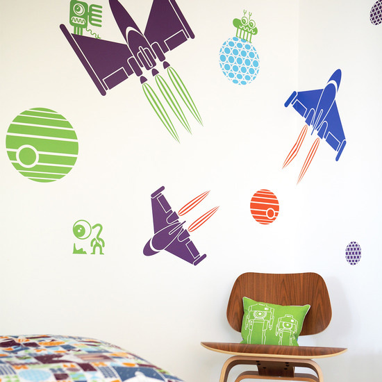 Детская комната, украшенная настенными наклейками