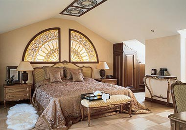 Витражи в спальне стиля модерн прекрасно дополнят интерьер