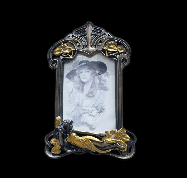 Зеркало для спальни в стиле модерн