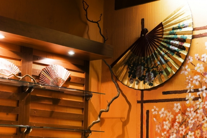 В качестве украшения в интерьера спальни можно использовать веера
