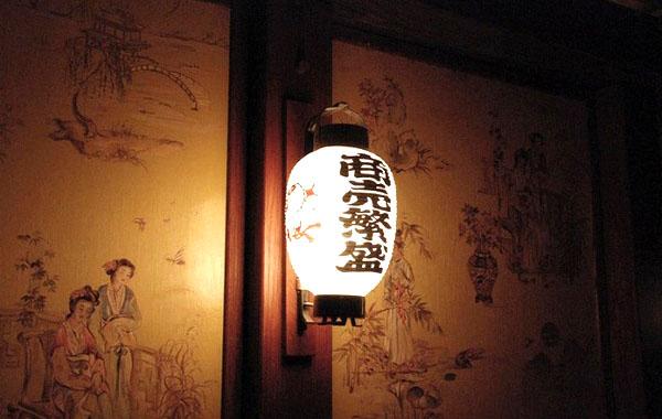 Декорированный японским орнаментом бра для спальни