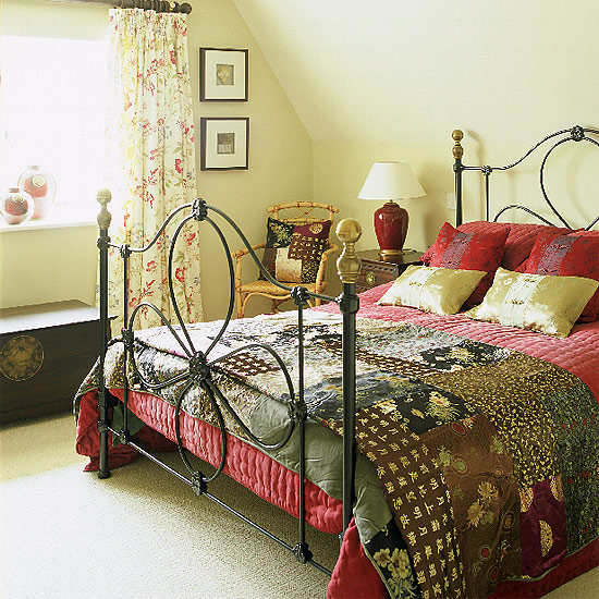 Кровать может быть металлической