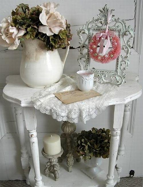 Элементы интерьера – цветы в вазах, резбленный столик, зеркало в раме