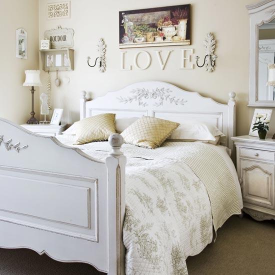 Спальня в стиле кантри в пастельных тонах