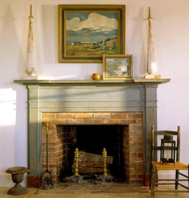 Вмонтированный в стену камин отлично украсит спальню кантри