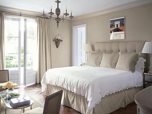 Кованная люстра и светильники на прикроватных тумбочках – неплохой ансамбль в интерьере спальне