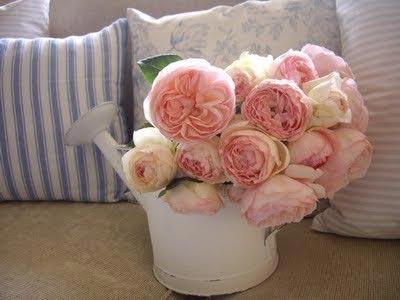 В интерьере спальни прованс можно использовать цветы