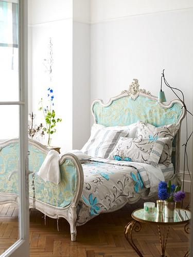 Кровать должна быть с резбленными декорированными спинками и ножками