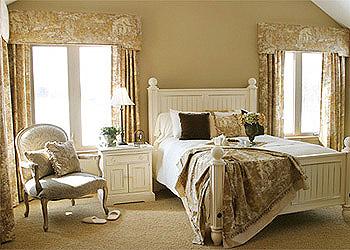Французский дизайн спален - это сочетание шика и скромного убранства.