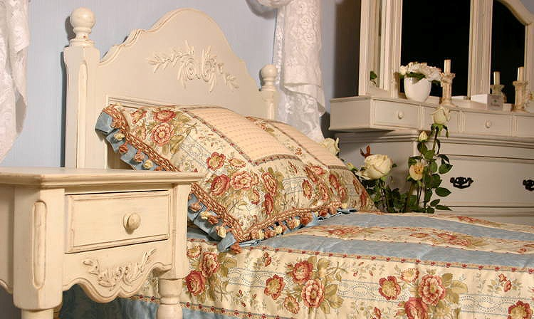 Ткани с ярким цветочным орнаментом отлично подойдут к спальне