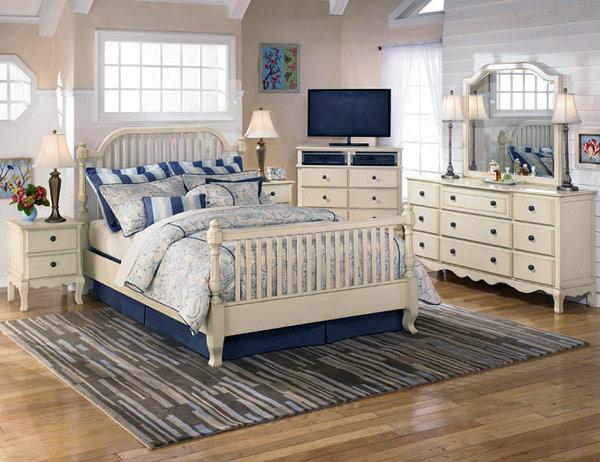 Полосатый коврик на полу неплохо смотрится в спальне