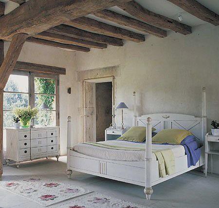 Потолочные балки в спальне хорошо дополняют интерьер