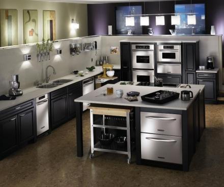 Украшением кухни является современная техника и металл