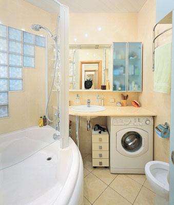 Используйте навесные шкафчики и совмещенную с душевой ванну