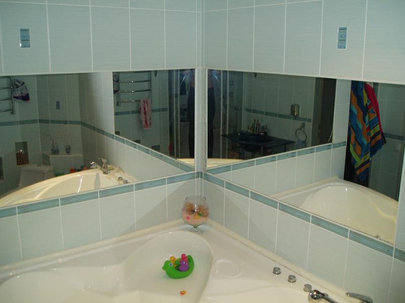 Зеркальные поверхности расширяют пространство и украшают ванную
