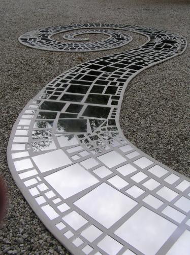 Дзеркало поступово «приживається» і в ландшафтному дизайні