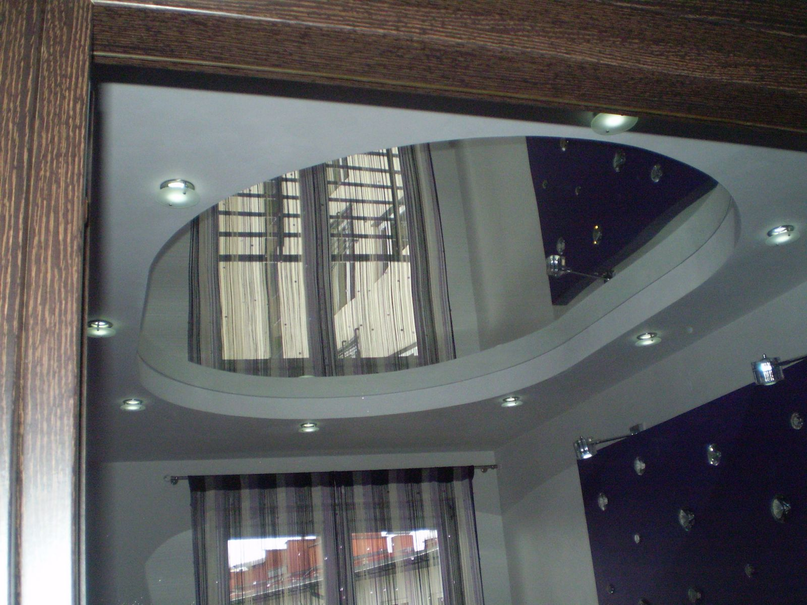 Натяжной потолок из полистирола прекрасно имитирует одно большое зеркало
