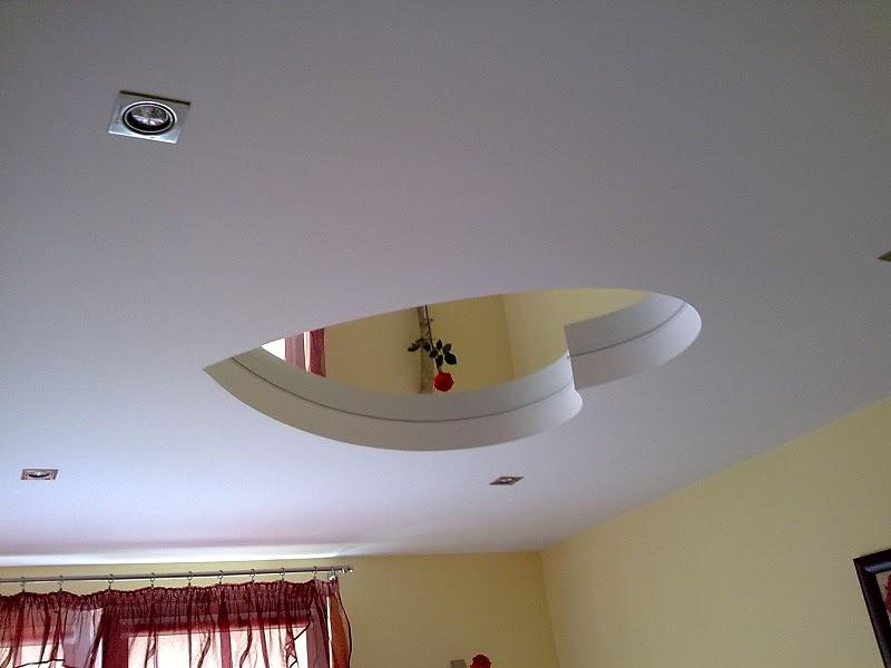 Зеркальное «сердце» на потолке комнаты