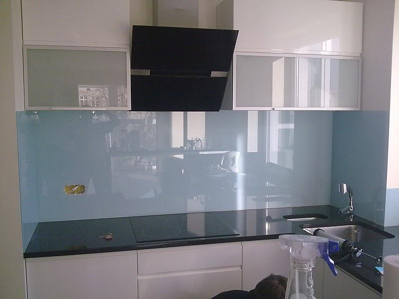 Суцільний лист оргскла на кухні здатний створювати віддзеркалення простору