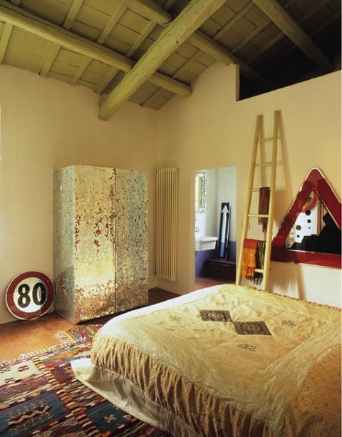 Нестандартний дизайн спальні з дзеркальними поверхнями
