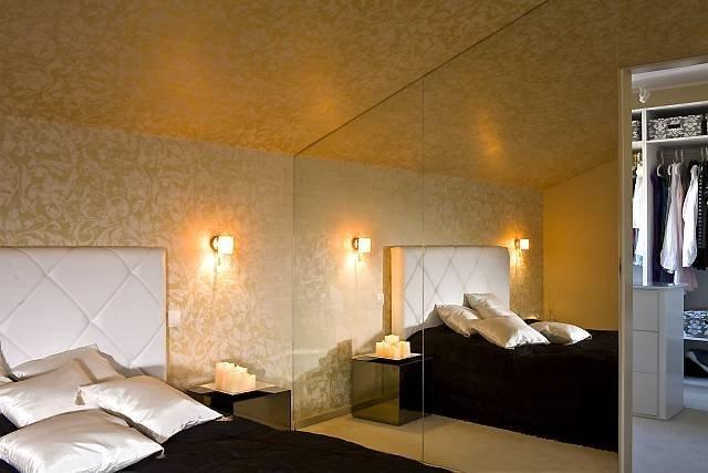 Суцільна дзеркальна стіна в спальні