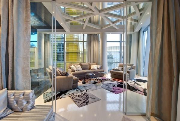 Дзеркальна стеля і скляні перегородки у вітальні
