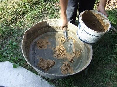 Замачивание глины для раствора