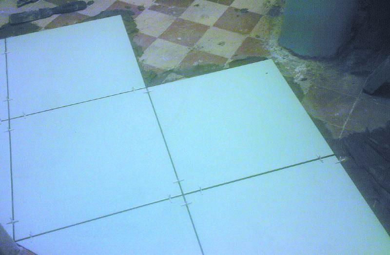 Как положить плитку на пол кухни своими руками