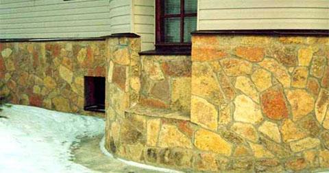 Обробка цоколя будинку натуральним каменем