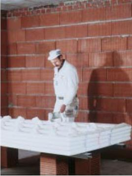 Нанесение клея на гипсокартонный лист