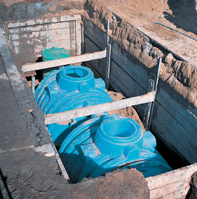 Монтаж пластикового септика с бетонным ограждением от грунта