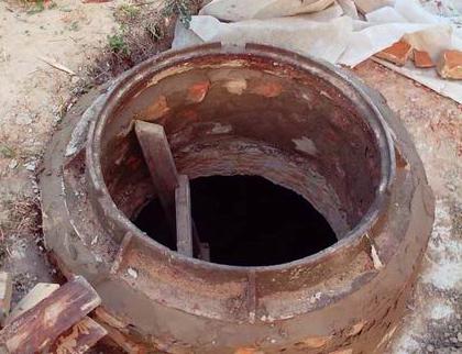 Кладка стен септика из кирпича под люк