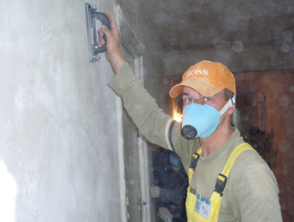 При покраске и подготовке поверхности к покраске следует применять респиратор