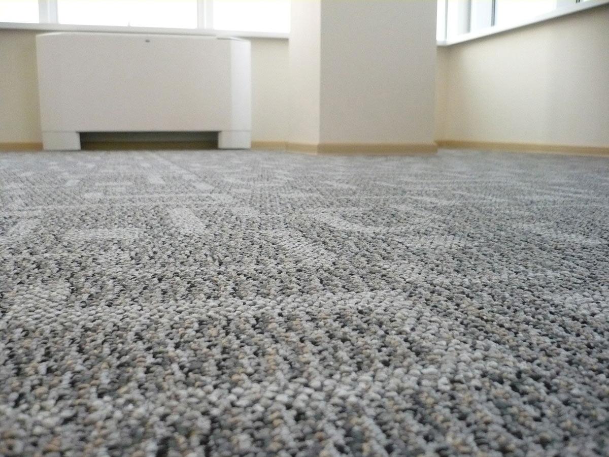 Коротковорсовый ковролин на резиновой основе — отличный вариант для прихожих и коридоров