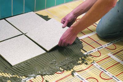 В случае тонкого тёплого пола (под кафельную плитку) можно использовать для заливки нагревательного кабеля клея для плитки