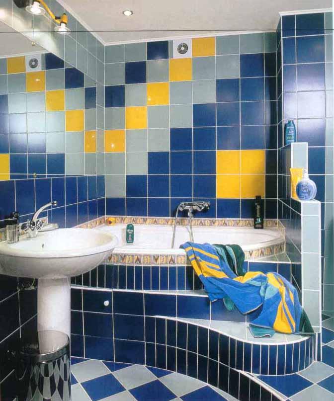 Синя плитка у ванній кімнаті