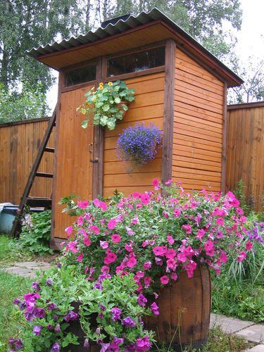 Летний душ с дверью на даче