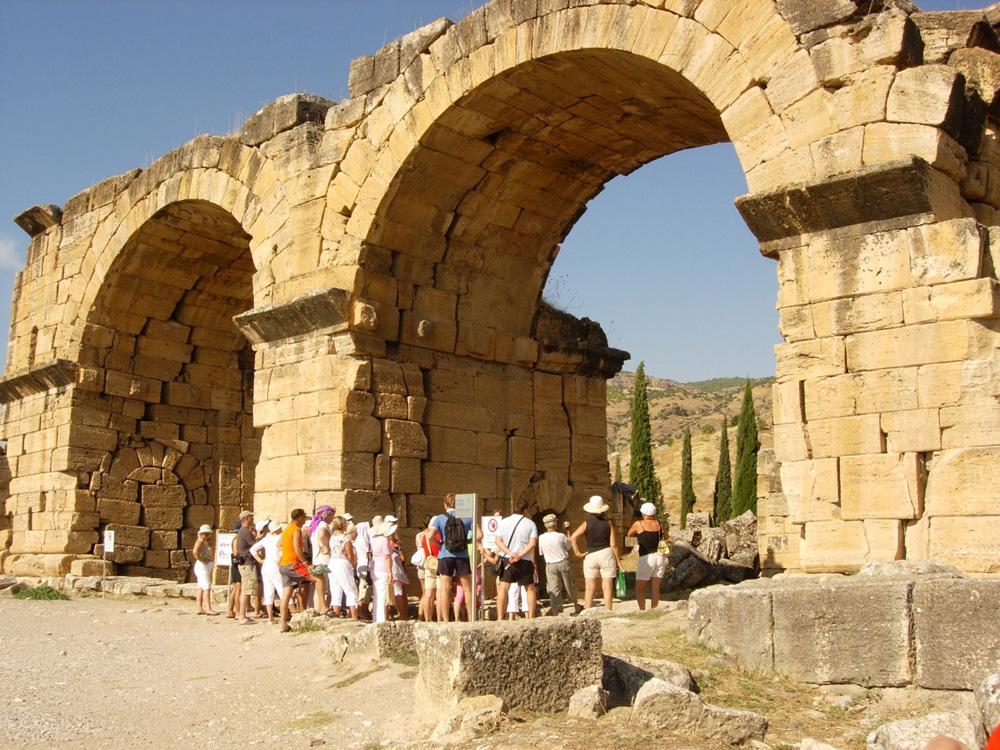 Остатки древних турецких хаммамов сегодня показывают туристам
