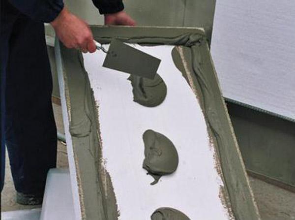 Нанесение клеевого состава на лист пенопласта