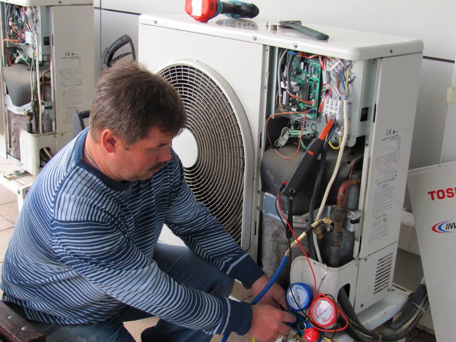 Дозаправка фреоном производится только при помощи специального оборудования